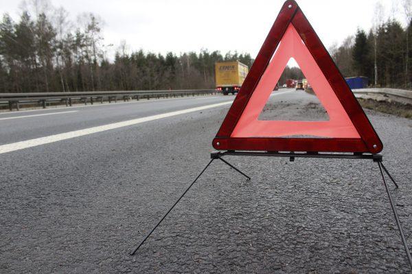 znak drogowy ostrzegający przed miejscem wypadku samochodowego